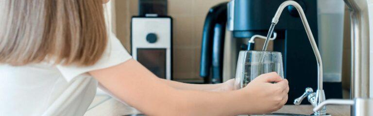 Descubre el proceso de ósmosis inversa y las ventajas de consumir el agua filtrada con este proceso